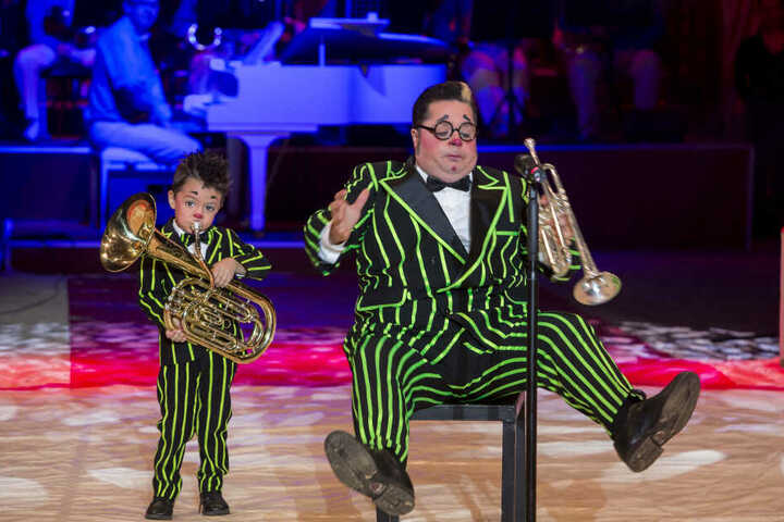 Clown Totti bringt seinen Sohn Charlie mit in die Manege.