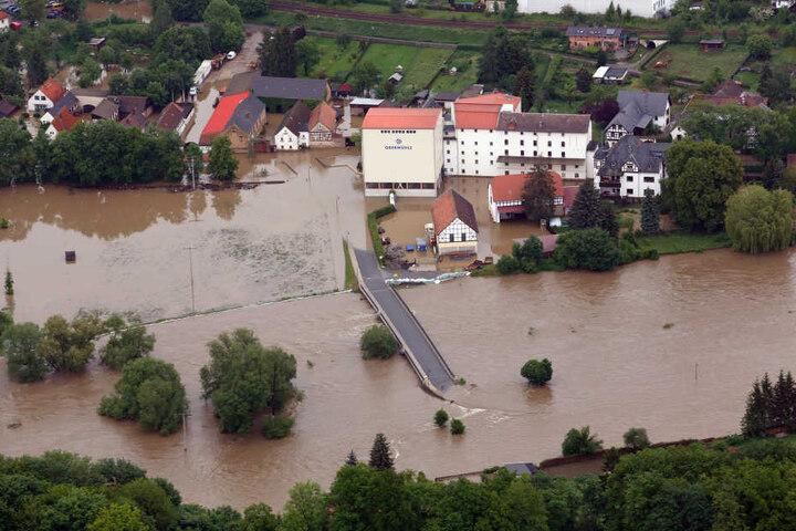 Beim Hochwasser 2013 ist die Obermühle in Wünschendorf bei Gera über die Ufer getreten.