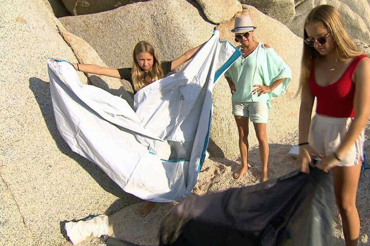 Gar nicht so einfach: Shania, Carmen und Davina (l-r) versuchen, die Zelte aufzubauen.