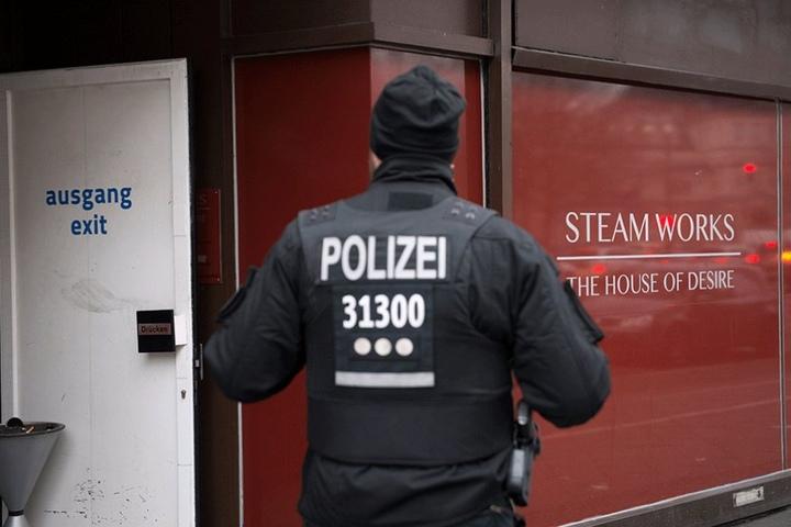 """Ein Polizist steht vor dem Homosexuellen-Treff """"Steam Works"""". Die Ermittlungen zur Brandursache dauern noch an."""