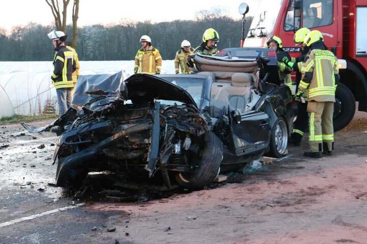 Der Mercedes wurde bei dem Crash völlig zerstört.