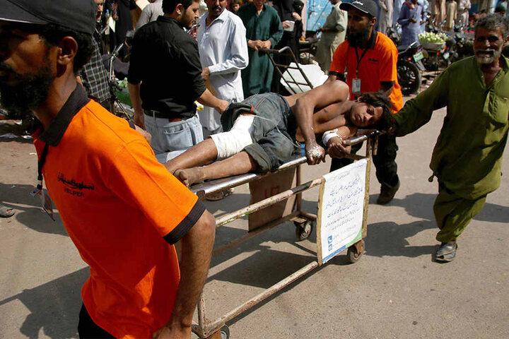 Über 50 Personen seien verletzt. Da der Öltanker noch immer brennt, sind weitere Opfer möglich.