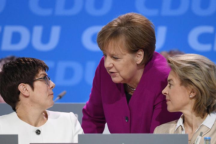 Angela Merkel (64, CDU, Mitte) im Gespräch mit Ursula von der Leyen (CDU, 60, rechts) und der neuen Verteidigungsministerin Annegret Kramp-Karrenbauer (56, CDU).