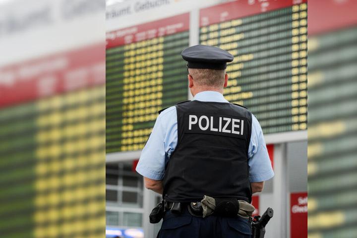 Ein Polizist am Dresdner Flughafen (Symbolbild).