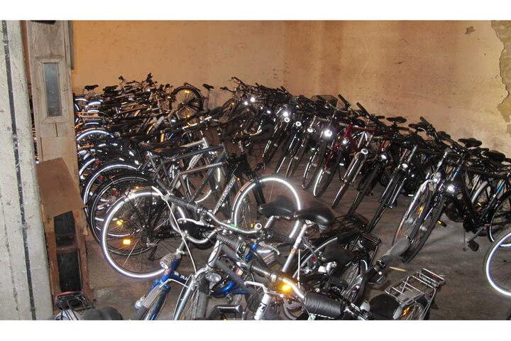Bei dem Hehler der Diebes-Familie wurden mehr als 100 geklaute Räder aus ganz Deutschland entdeckt.
