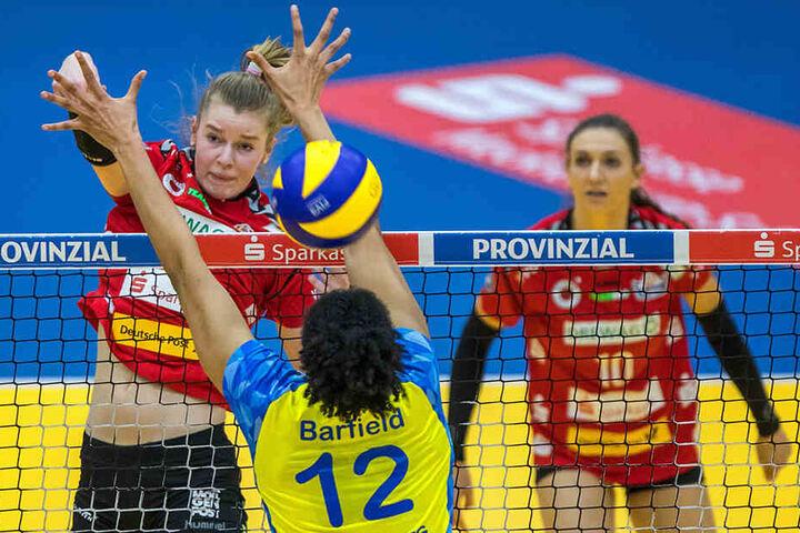 Im Bundesliga-Match gegen Schwerin springt Camilla Weitzel (links) nach oben und schmettert.