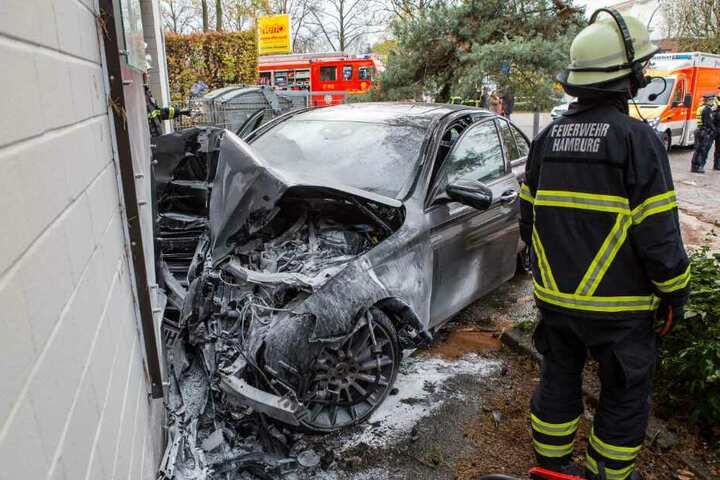 Das Unfallwrack lässt vermuten, mit welcher Geschwindigkeit der Wagen gegen die Hauswand krachte.