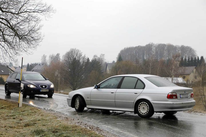 In Einsiedel auf der Eibenberger Strasse (K6115) geht nichts mehr. Ein LKW kommt nicht weiter und blockiert die Strasse. Vereinzelt können Fahrzeuge über ein Feld ausweichen.