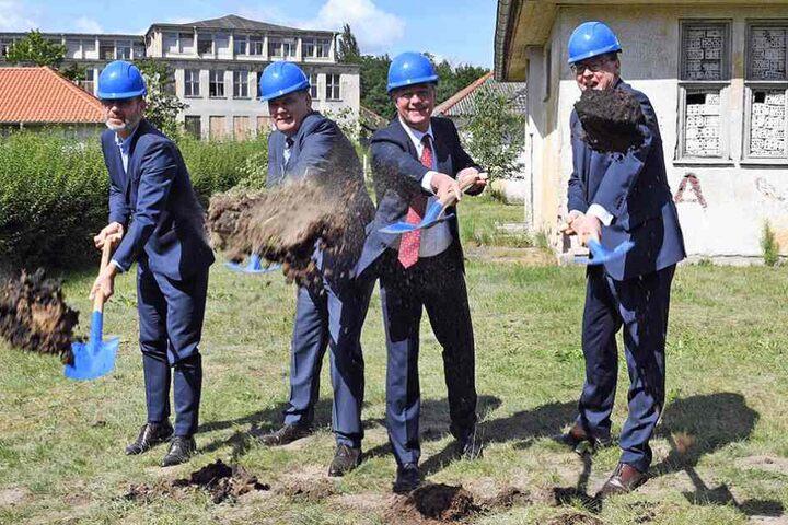 Den erste Spatenstich für den Ausbau des Olympischen Dorfes wird von Thomas Jebsen (r-l), Staatssekretär Gunther Adler, Bürgermeister Holger Schreiber und Erik Roßnagel vollzogen.