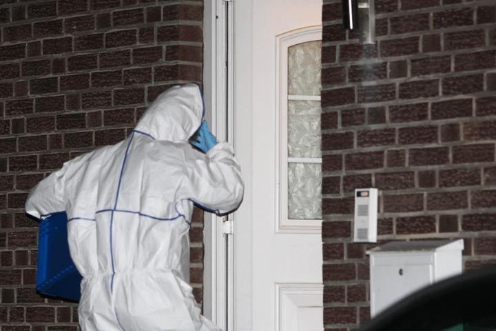 Polizei und Staatsanwaltschaft in Mönchengladbach gehen nach eigenen Angaben von einer Beziehungstat in der Gemeinde Niederkrüchten bei Viersen aus.