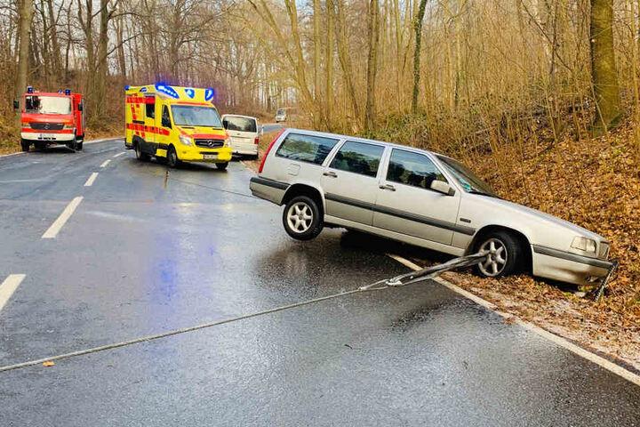 Eine Frau mit zwei kleinen Kindern an Bord verunglückte mit ihrem Auto zwischen Heeselicht und Hohnstein.