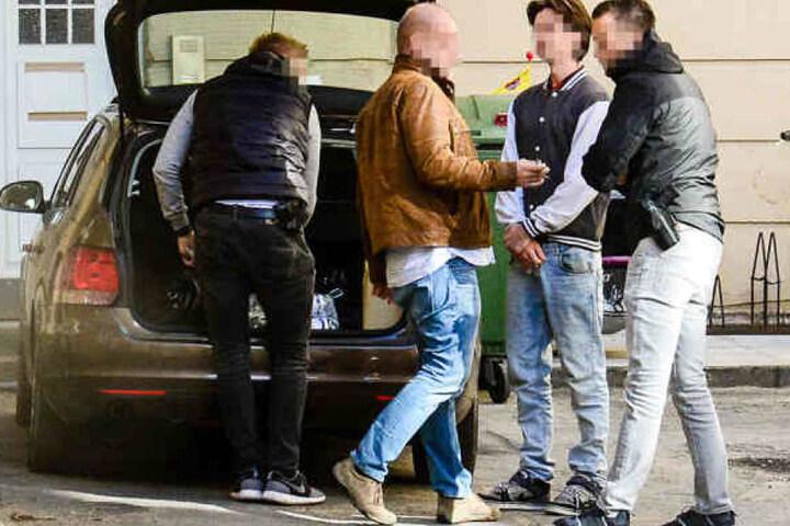 Das Amtsgericht Detmold hat Haftbefehl gegen den 21-Jährigen (2. v.r.) erlassen.