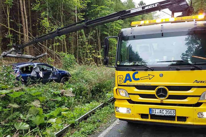 Ein Abschleppwagen musste das Auto aus dem Gebüsch bergen.