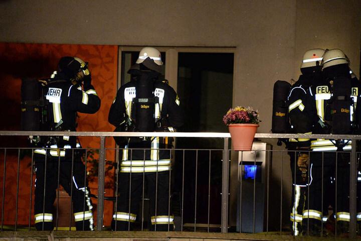 Mit Atemschutzgeräten ausgerüstet betraten die Feuerwehrleute den Raum.