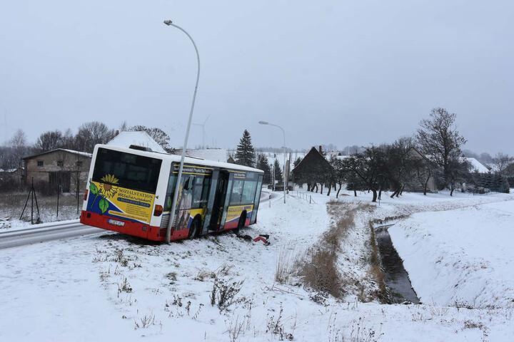 Der Bus krachte gegen die Laterne.