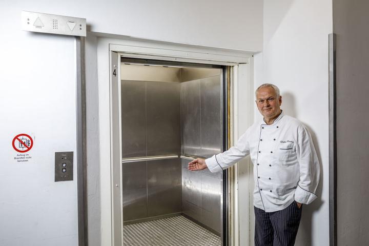 """Heute ist er Küchenchef im """"Pullmann"""". 1972 war er noch Lehrling im """"Interhotel Newa"""". Aus diesem Aufzug trat plötzlich Fidel Castro."""