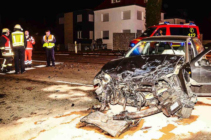 Bei dem Unfall auf der Kreuzung Brockhagener Straße und Queller Straße wurde eine Person schwer verletzt. Einem Mercedes-Fahrer gingen die Aufräum-Arbeiten nicht schnell genug.