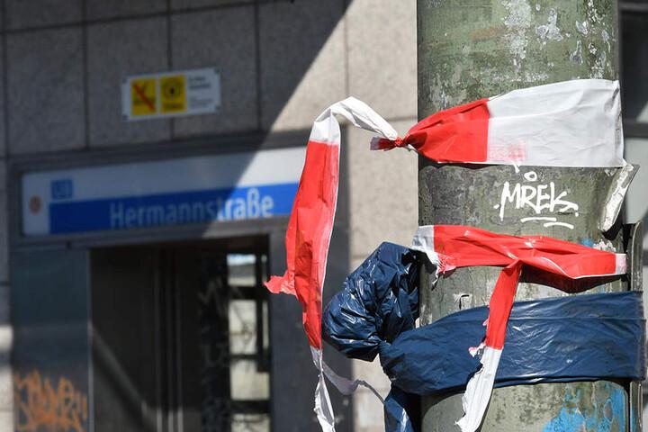 Die Reste eines Absperrbandes der Polizei hängen an einem Mast in der Hermannstraße.