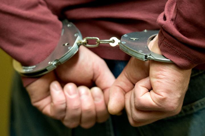 Bei zwei Männern klickten die Handschellen. (Symbolbild)