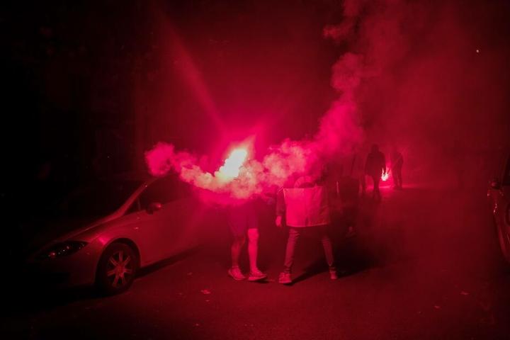 Auf den Straßen von Paris wurde Pyrotechnik abgefeuert.