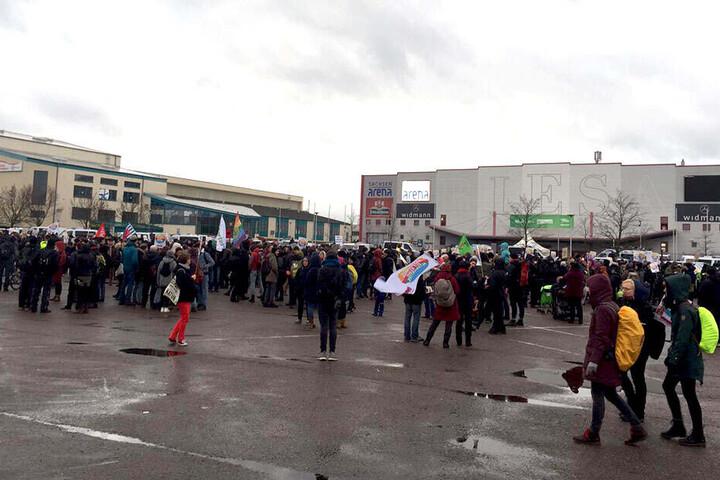 Die Demo-Teilnehmer sind vor dem Veranstaltungsort angekommen.