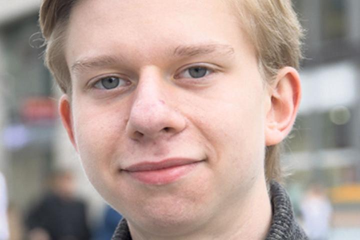 """Alexander Kondrashin (19), Abiturient aus Radeberg, darf nicht wählen, weil er gerade auf die deutsche Staatsbürgerschaft wartet. Doch: """"Ich würde Die Partei oder die SPD wählen. Bei der Partei wird auf Wichtiges mit Satire hingewiesen, das finde ich gut."""