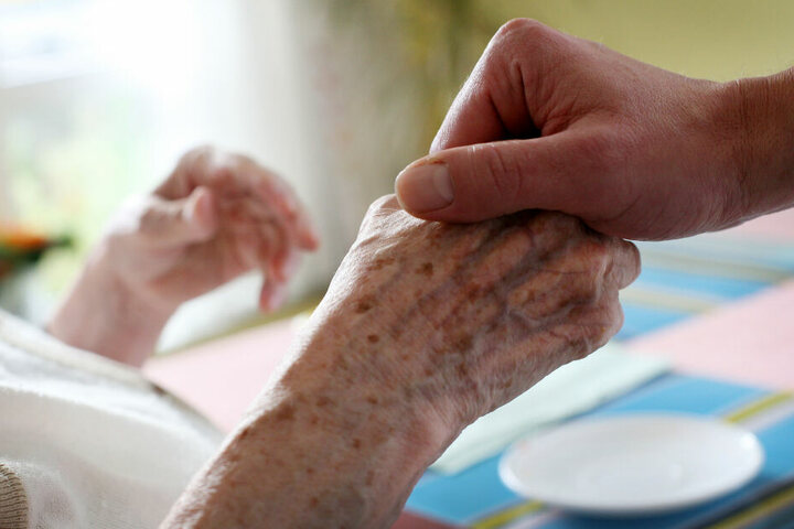 Um die Patienten rund um die Uhr zu betreuen, zog der Angeklagte sogar bei ihnen ein. (Symbolbild)