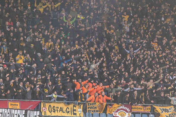 Von den Sitzplätzen kam ordentlich Stimmung der Dynamo-Fans in Bielefeld.