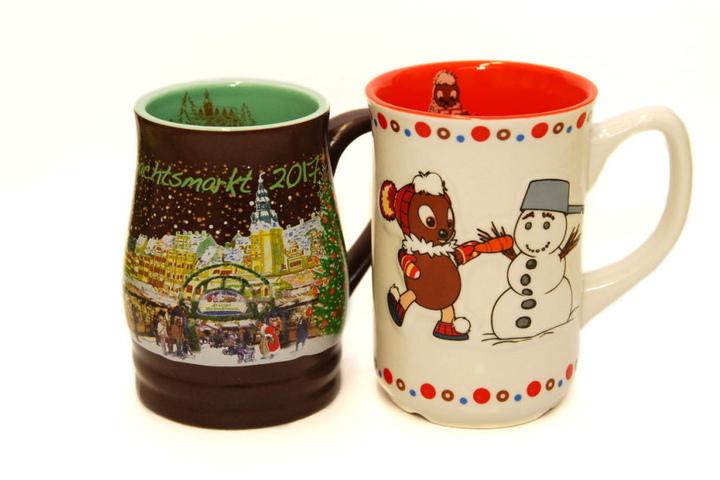 """Die Weihnachtsmarkt-Tassen 2017: Links die """"normale"""", rechts die bereits beinahe vergriffene Pittiplatsch-Tasse."""