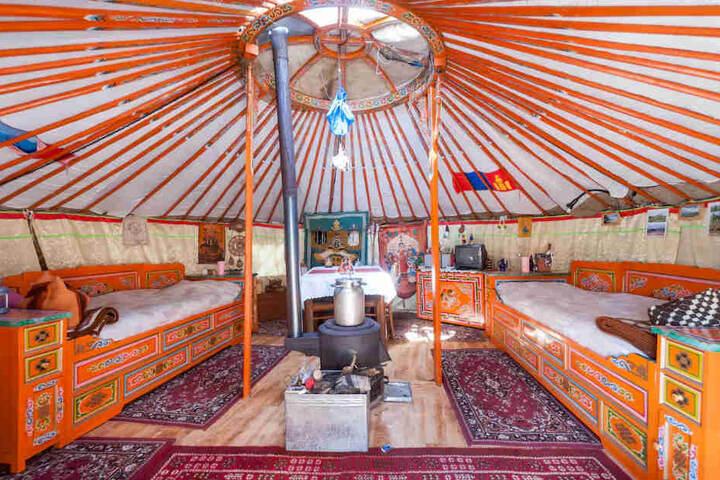 """In einer echten mongolischen Jurte kann man bei Matthias Ullrich (56) und seiner mongolischen Frau Enkhe (40) am Birkigter Hang wohnen: """"Die mobile Jurte misst 5,60 Meter im Durchmesser und ist 3 Meter hoch."""""""