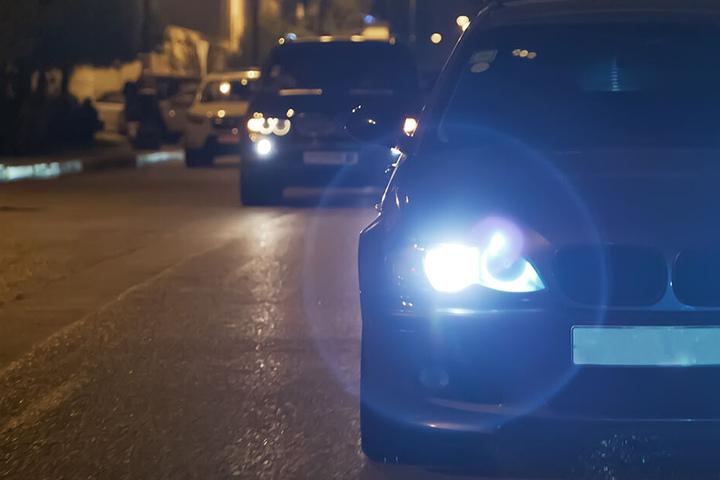 Die Täter bauten bei dem BMW die Scheinwerfer aus, das Lenkrad und das Navi. (Symbolbild)