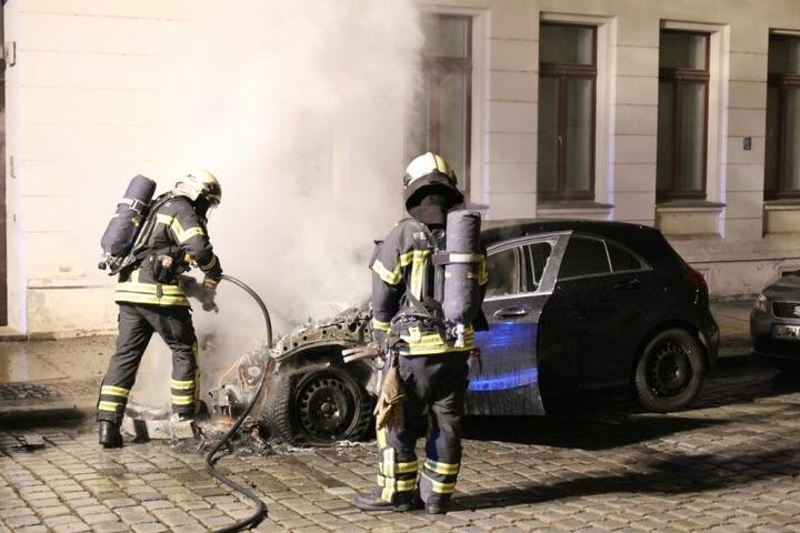 3.15 Uhr gab es den dritten Brand: Hier brannte in der Shakespearestraße dieser Mercedes ab.