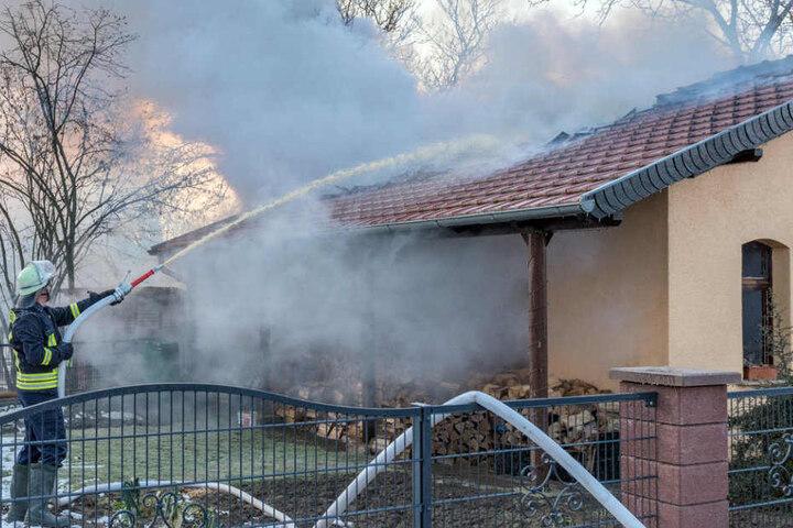 Die Feuerwehr hatte mit den eisigen Temperaturen zu kämpfen.