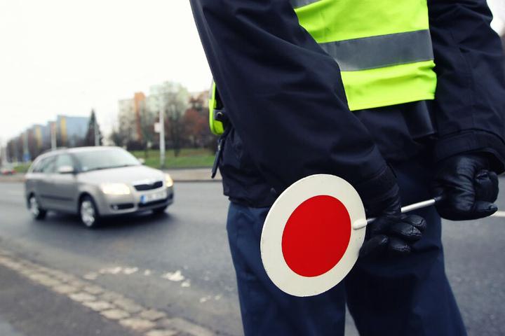 Der Verdächtige konnte festgenommen werden, nachdem er bei einer Verkehrskontrolle nicht anhielt. (Symbolbild)