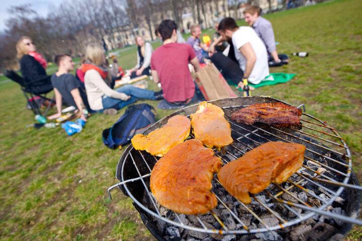 Wer auf andere Menschen im Park achtet und die Hinweise und Verbote beachtet, kann beherzt in die Wurst oder ins Steak beißen.