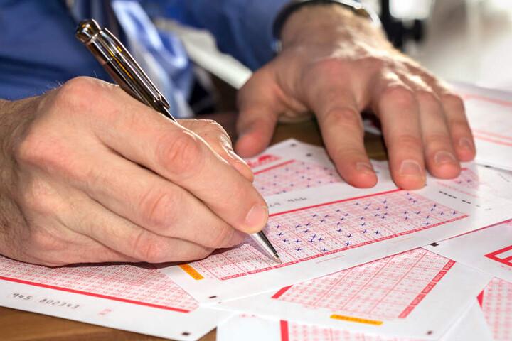 Der Spieler oder die Spielerin hat am Vormittag des 12. März in einem Lotto-Shop für insgesamt 10,25 Euro mehrere Tipps abgegeben. (Symbolbild)