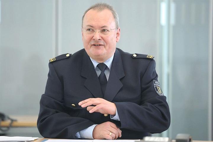Andreas Rümpel (60), Vorsitzender des Landesfeuerwehrvervbandes, sieht im Wildwuchs an den Gleisen ein Brandrisiko.