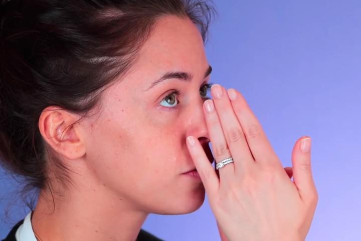 Die Beauty-Vloggerin bewundert die reine Haut der Schlager-Sängerin und legt dann mit dem Schminken los.
