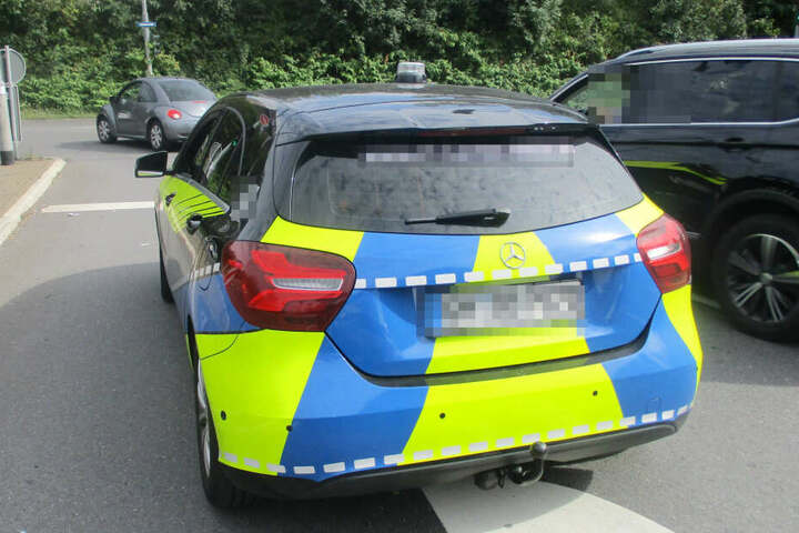 Einer Streifenwagen-Besatzung fiel der Mercedes auf, der ähnlich einem echten Streifenwagen foliert war.