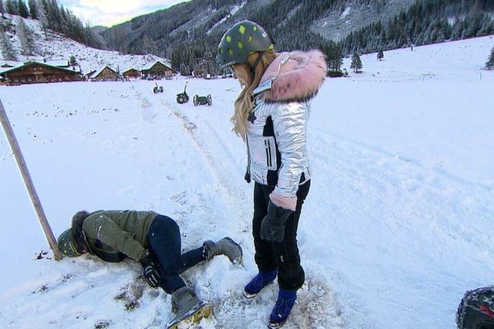 Bei einem Ausflug in den Schnee stürzt Robert Geiss.
