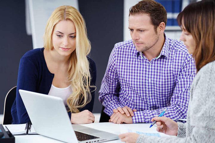 37 Prozent der Befragten können auch im Job-Alltag nicht vom Serienkonsum die Finger lassen.