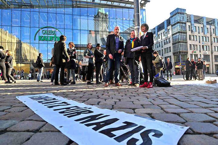 """Rund 50 Teilnehmer von """"Aufstehen gegen Rassismus"""" sammelten Unterschriften und malten Transparente."""