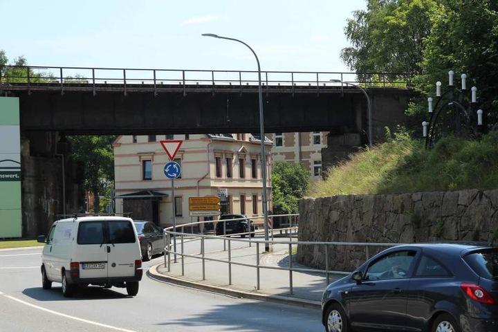 Die Puppe hing an der Eisenbahnbrücke an der Straße des 18. März/B101.