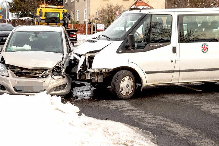 Ein Transporter und ein Opel stießen zusammen.