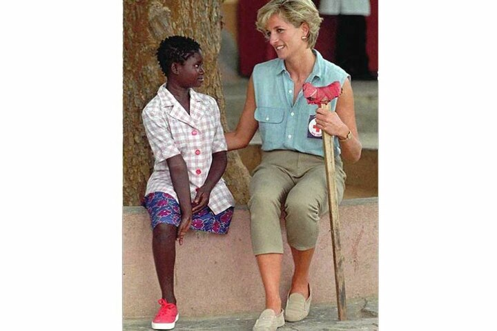 Diana im Gespräch mit einem Kind, das Opfer einer Landmine geworden ist.