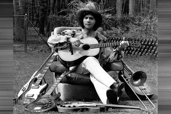 April 1972: Costa Cordalis sitzt im Garten seines Reihenhauses in Heusenstamm bei Frankfurt am Main.