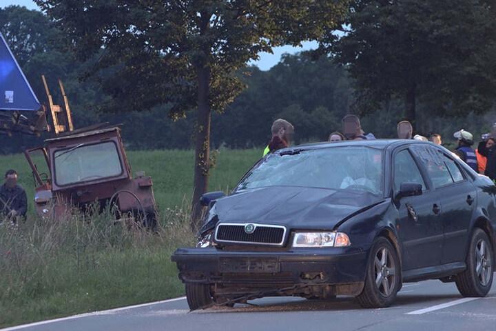Bei dem Zusammenstoß wurde die rechte vordere Seite des Skodas stark beschädigt. Bei Fahrzeuge erlitten einen wirtschaftlichen Totalschaden.