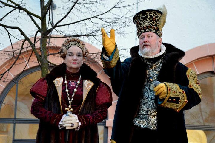 Als Kurfürstenpaar in prunkvollen Gewändern führten Birgit Lehrmann und der verstorbene Matthias Brade durchs Schloss Augustusburg.