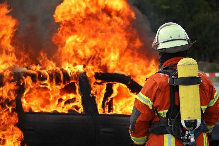 Die Feuerwehr löschte den Fahrzeugbrand. (Symbolbild)