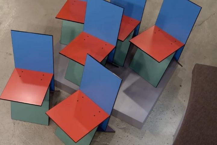 Die bunten Stühle aus der Vogelperspektive.
